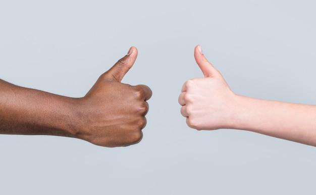 Как жест. рука крупного плана показывает палец вверх. руки, показывающие большие пальцы