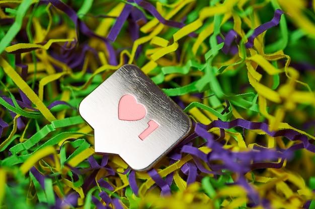 상징처럼. 기호 버튼과 마찬가지로 심장과 한 자리 기호. 소셜 미디어 네트워크 마케팅. 여러 가지 빛깔 된 반짝이 배경입니다.