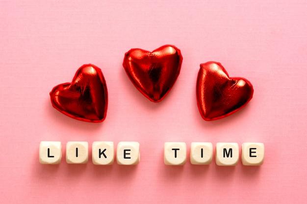 붉은 마음을 가진 나무 글자로 만든 시간 단어처럼