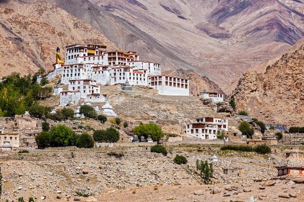 ヒマラヤのリキルゴンパチベット仏教僧院