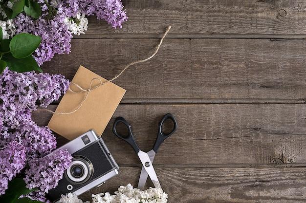 인사말 메시지 가위 스레드 릴을 위한 빈 공간이 있는 소박한 나무 배경에 라일락 꽃...