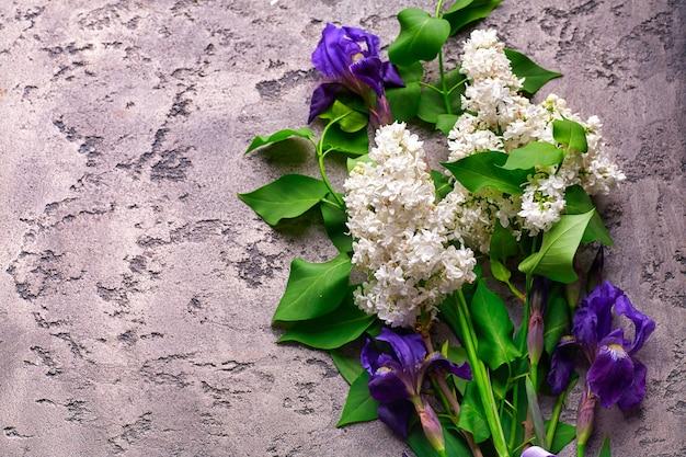 灰色のコンクリートの背景フレームにライラックの花