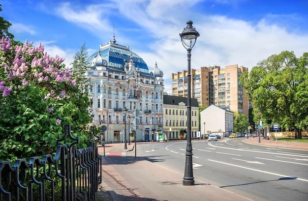 Сиреневые цветы и жилой дом д. элькинда на большой никитской улице в москве в солнечный летний день