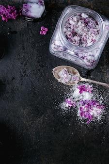 Сиреневые цветы в сахаре
