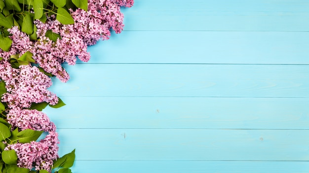 Сиреневые цветы на деревянном фоне,