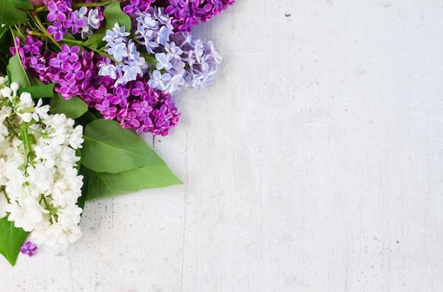白い木製の背景にライラックの花