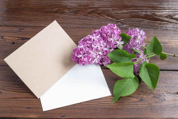 Сиреневые цветы на деревянном столе.