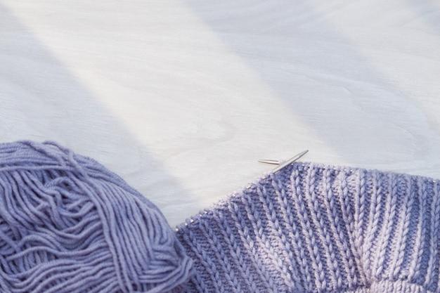 Сиреневое вязание спицами.