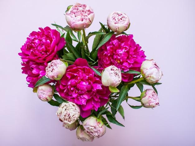 Сиреневый стол с темными и светлыми розовыми пионами
