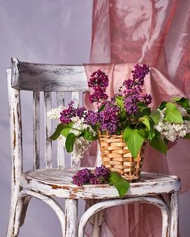 Букет сирени в вазе на винтажном деревянном стуле