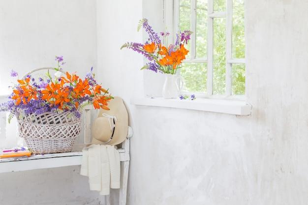 ヴィンテージの白いインテリアのリリーとルピナスの花