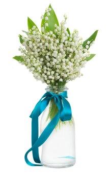 흰색 배경에 고립 된 유리 꽃병에 계곡 꽃다발 릴리
