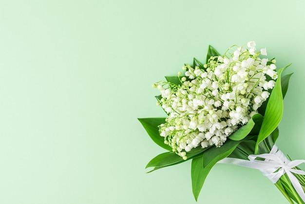 パステルグリーンにスズランの花