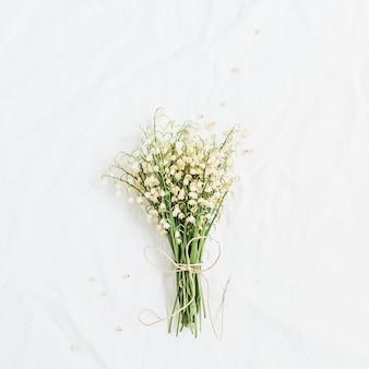 白い表面にスズランの花