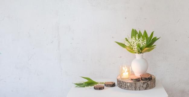 촛불 꽃병에 은방울꽃