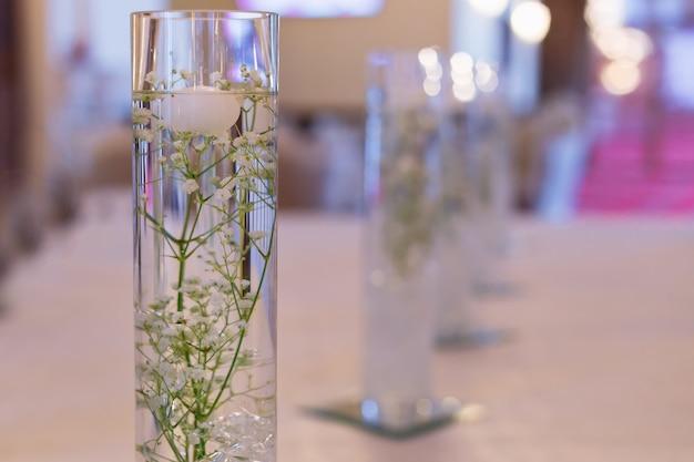 투명한 꽃병 레스토랑 홀에 물에 은방울꽃