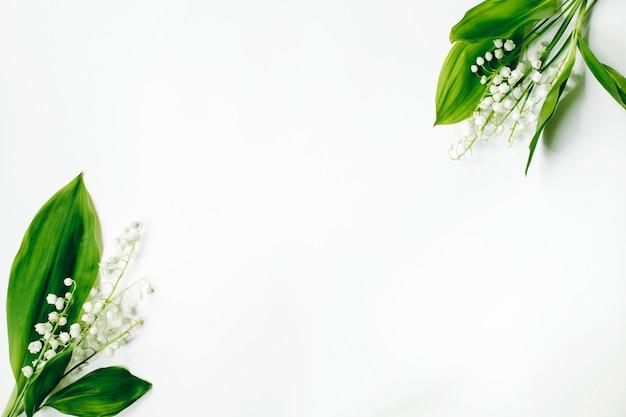 흰색 표면에 은방울꽃