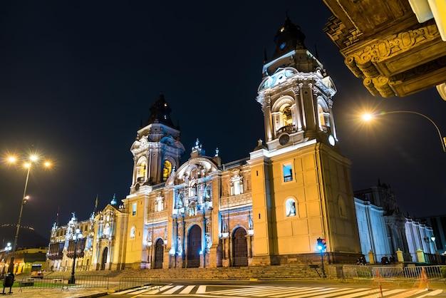 밤에 페루의 리마 대성당