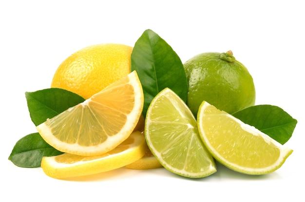 라임과 레몬 가까이 고립 된 세부 사항