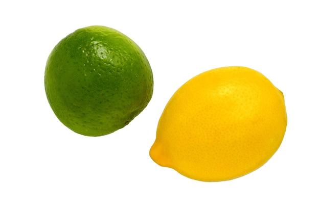 白い背景に分離されたライムとレモン。熟したグリーンライムとレモンの柑橘系の果物。