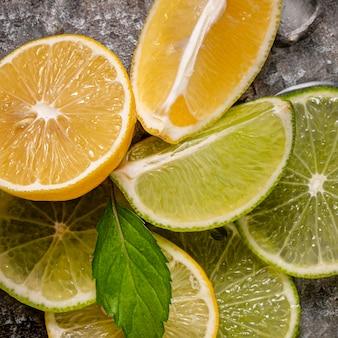 Вид сверху расположение ломтиков лайма и лимона