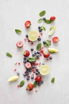 Лайм, ягоды и листья