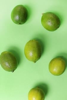녹색 표면에 고립 된 라임 과일