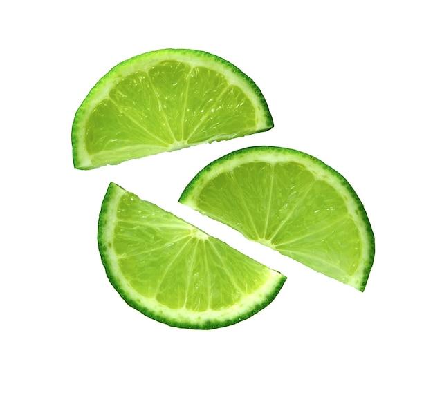 ライムスライス。白に分離されたライムのジューシースライス。熟したグリーンライムの柑橘系の果物。