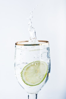 Лайм, брызги в стакан воды