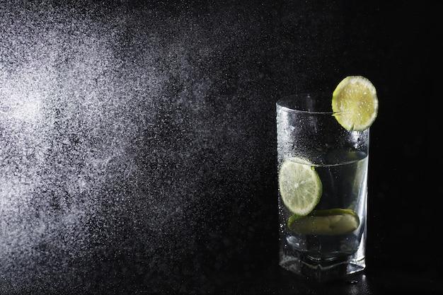 石灰水。新鮮なライムと一緒に水を飲む。ミネラルウォーター。健康的でミネラル豊富な、ライム入りのさわやかな水。