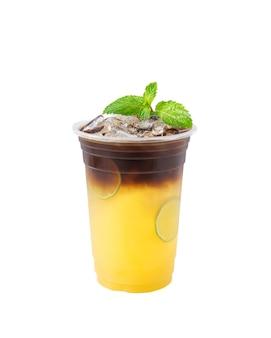 흰색 배경에 분리된 블랙 커피가 있는 라임 물, 커피숍의 건강 메뉴.
