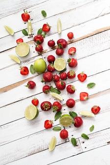 Лаймы, ягоды и листья
