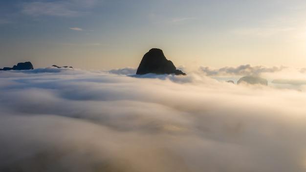 石灰岩と朝日の出の霧サメットナンチービューポイントパンガータイ