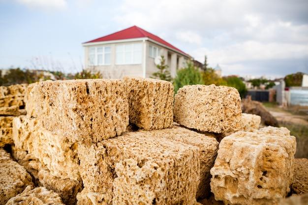 집을 짓기위한 석회암 벽돌 힙