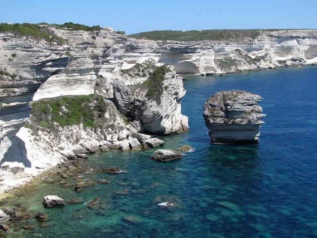 地中海の石灰岩の崖