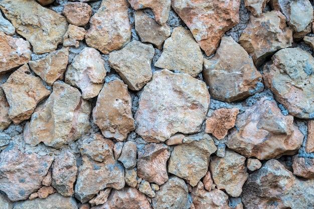 석회암 벽돌-벽은 야생 돌로 만들어집니다. 표면은 천연 소재로 장식되어 있습니다.