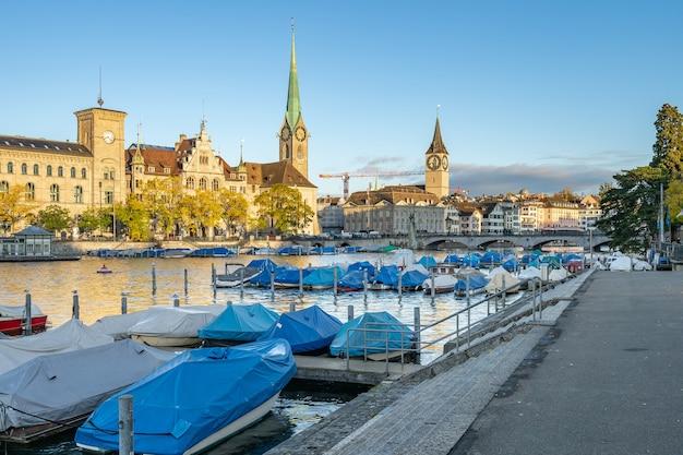 スイス、チューリッヒのランドマーク的な建物を望むリマト川。