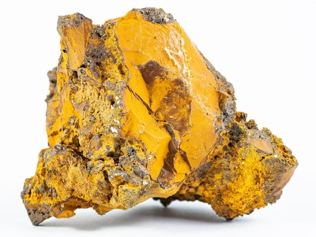 Лимонитовый минерал на белой стене