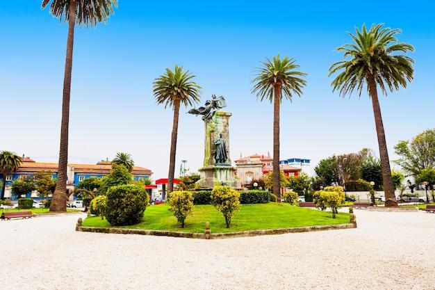 스페인 갈리시아의 코루나 시에 있는 jardines de mendez nunez 정원에 있는 linares rivas 기념비