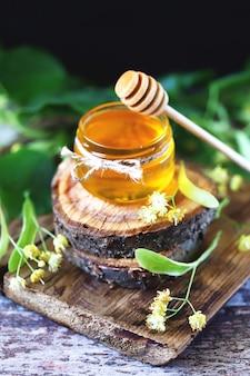 瓶の中のリンデン蜂蜜。