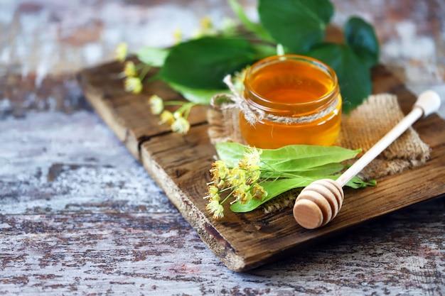 瓶の中のリンデン夏の蜂蜜