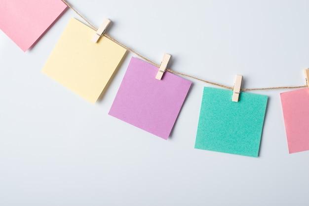 화이트 보드와 문자열에 다채로운 카드 라인