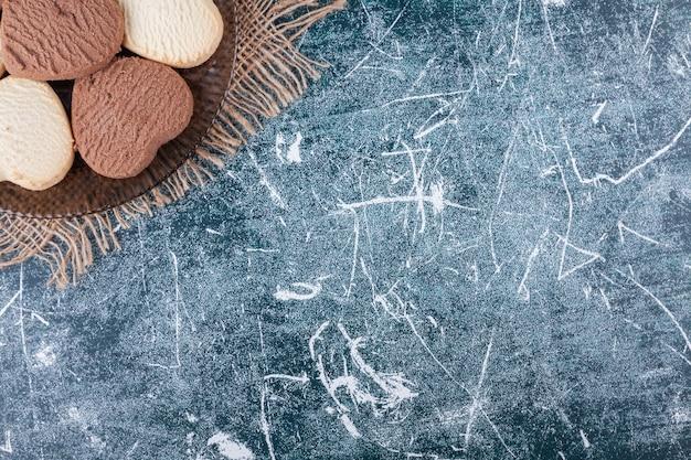 カラフルに配置されたハート型のクッキーのライン。