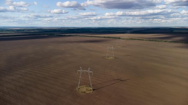 Линия высоковольтной передачи электроэнергии в сельскохозяйственном поле