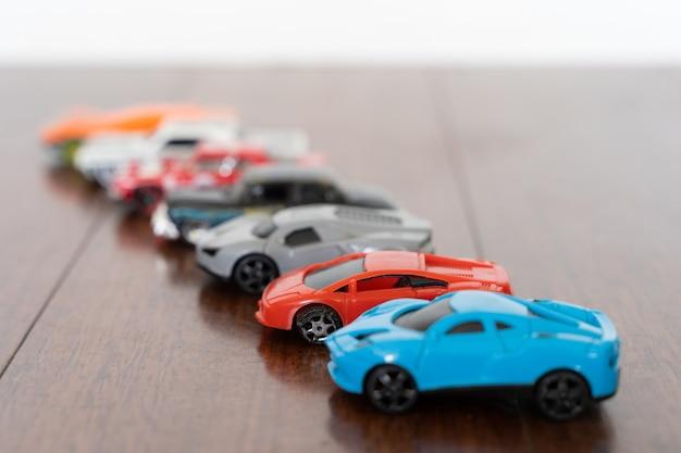 さまざまな色のおもちゃの車のラインレース競争コレクションの概念