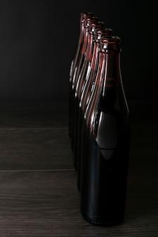 ビールのボトルが並んで