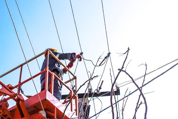 Линейная работа по монтажу силовой линии на электрическом кабеле с воздушными рабочими платформами