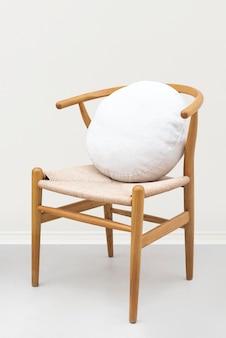 椅子の上の白いリネンクッションカバー