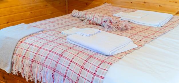 호텔 침대에 린넨. 침대에 수건입니다.