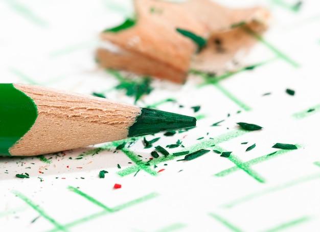 품질이 좋지 않은 일반 용지에 녹색 연필로 그린 선